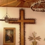 10-cio metrowy sosnowy krzyż w otoczeniu poroży jeleni jest wyjątkowym elementem w głównym ołtarzu.