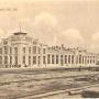 Dworzec kolejowy na pocztówce. Oryginał zdjęcia na szkle znajduje się w Muzeum Siedleckim.