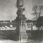 Rzeźba Herkulesa walczącego ze smokiem autorstwa Jana Chryzostoma Redlera stojąca przy wejściu na dziedziniec honorowy. Zdjęcie z okresu międzywojennego. Ze zbiorów Muzeum Historycznego w Białymstoku.