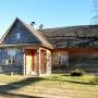 Z drugiej strony drewniany domek, zapewniający nocleg dla 8-10 osób, prezentuje się równie atrakcyjnie.