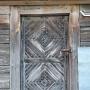 Nad tymi masywnymi drzwiami jeszcze w 1988 roku umieszczony był szyld informującym o mieszczącym się tu w 1827 budynku straży pożarnej. Zdjęcie blaszanej metryczki w zakładce