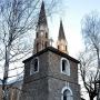 Kamienna, czworokątna dzwonnica wraz z murem oraz czterema drewnianymi kapliczkami powstały około 1744 roku.