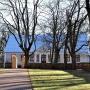 Za plebanią rozciąga się zabytkowy Park Plebański z XVII w.
