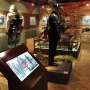 Oryginalne eksponaty z II wojny światowej wspomagane najnowszą techniką, w atrakcyjny sposób prezentuje stałą ekspozycję