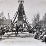 Zdjęcie przedstawia uroczystość 3. majową pod oryginalnym pomnikiem Orła Białego (wzniesionego w 1919r). W tej podniosłej uroczystości na honorowych miejscach (z prawej strony) zasiadali weterani wojenni, proboszcz oraz miejscowa władza. Fotografia z lat 30-tych XX w.