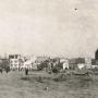 Wyczyszczony teren po zburzonej dzielnicy Schulhof. Jedynym śladem wskazującym miejsce Wielkiej Synagogi są fragmenty metalowej konstrukcji kopuły, widoczne z prawej strony. Ze zbiorów Muzeum Historycznego w Białymstoku.
