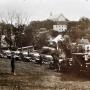Samochody marki Fiat i czołgi zwiadowcze TKS w Drohiczynie około 1930r. W oddali widać budynki gdzie mieściło się Gimnazjum Męskie Diecezji Pińskiej. Nad wszystkim góruje kościół Trójcy Przenajświętszej.