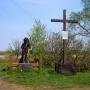 Obok krzyża upamiętniającego miejsce pochówku Łukasza Górnickiego, stoi drewniana rzeźba przedstawiająca Włodzimierza Puchalskiego.