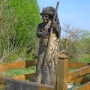 Obok krzyża upamiętniającego miejsce pochówku Łukasza Górnickiego, stoi drewniana rzeźba przedstawiająca Włodzimierza Puchalskiego, ustawiona w stulecie urodzin w roku 2009.