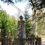 Przy tym krzyżu odnaleziono bezładnie wrzucone ciała powstańców listopadowych.