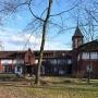 Stajnia- wozownia, gdzie obecnie znajduje się sala gimnastyczna i warsztaty tkackie, widoczne z pałacowego ogrodu.