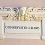 Napis pod secesyjną płaskorzeźbą, informujący o zakończeniu w 2005 roku trwających od lat 80-tych prac konserwatorskich tego ciekawego obiektu.