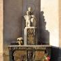 Rzeźba Stanisława Horno- Popławskiego przedstawiająca Matkę Boską z Dzieciątkiem ustawiona na nagrobku budowniczego kościoła św. Rocha- księdza Adama Abramowicza.