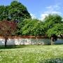Park planty i park pałacowy Branickich dzieli jedynie pobielane, murowane ogrodzenie.