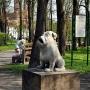 Rzeźba siedzącego psa (żartobliwie nazwana Kawelinem), której autorem był znany białostocki rzeźbiarz, fotografik Piotr Sawicki (senior), obecnie jest jego kopią i stoi w innym miejscu niż przed wojną. Oryginał z 1936 roku zaginął w 1944 roku.