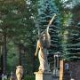 Cmentarz rzymskokatolicki z grupami rzeźb.