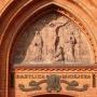 Płaskorzeźba nad głównym portalem Katedry Wniebowzięcia NMP.