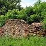 Fragmenty kamiennej podmurówki to pozostałości po drugiej oficynie, która nie została odbudowana.