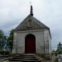 W kaplicy cmentarnej zwraca uwagę wieżyczka na dachu. Ten zupełnie obcy element jest prawdopodobnie wierzchołkiem starej,gotyckiej sygnatury kościoła.
