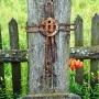 Na drewnianej tabliczce można z trudem odczytać datę 1855r i potem 1955r (w tym roku z okazji 100. rocznicy postawienia krzyża wykonano ten nietrwały wpis.