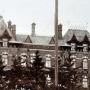 Na jednym z dachów pałacu zadomowił się bocian. Ze zbiorów J. Murawiejskiego.