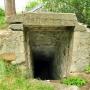 Zejście prowadzi do podziemnego fragmentu ocalałej bastei zamku.
