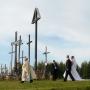 W Świętej Wodzie tradycją już jest że ksiądz z młodą parą i resztą uczetników ceremonii ślubu udaje się na Górę Krzyży.