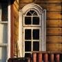 Koszykowa 26. Ciekawa forma okienka to pozostałość po dawnych mistrzach stolarskich.