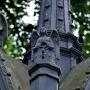Żeliwny grób wykonany w formie neogotyckiej kapliczki zachwyca wypracowanymi detalami.