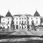Pocztówka - Widok Pałac Branickich od strony bramy wjazdowej. Stan w trakcie odbudowy, po zniszczeniach II wojny światowej. Na tympanonie nie ma jeszcze grupy rzeźbiarskiej.