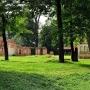 Zarówno po parku jak i pałacu pozostały niewielkie fragmenty.