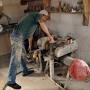 Pan Jan prezentuje proces powstania typowego glinianego naczynia. Najpierw surowy kawałek gliny jest mechanicznie wyrabiany w celu nadania jemu odpowiedniej plastyczności.