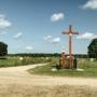 Przy rozstaju dróg tuż przed Raduninem kapliczka i krzyż. Nieopodal z lewej dostrzegamy drugi-prawosławny krzyż.