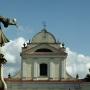 Na tle wież kościoła św. Trójcy.