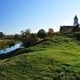 Z Góry Zamkowej widzimy kościół Bożego Miłosierdzia stojący nad płynącą dołem Narwią. Niegdyś w tych okolicach był port rzeczny z którego statki wyprawiały się w kierunku Bałtyku, aby w Gdańsku wymienić towary na bursztyny i inne wyroby.