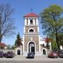 Zabytkowa dzwonnica stanowiąca jednocześnie bramę główną na plac kościelny - fot. R. K. Wejda