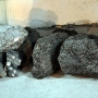 W Surażu w dawnych czasach wytapiano żelazo w specjalnych dymarkach z widocznej tutaj rudy darniowej. Ta skała osadowa powstająca na torfowiskach i innych podmokłych terenach zawierająca niewiele żelaza,czasami była dobrym budulcem, pełniącym również rolę piorunochrona.