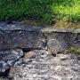 Fragmenty macew żydowskich wbudowane w fontannę przy Legionowej.