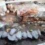 Nad kamiennym fundamentem widoczny fragment kanału sanitarnego. Wzmianka o funkcjonowaniu tego kanału pochodzi z 1737 r. Rury były drewniane o czym świadczą znalezione obejmy. W profilach widać wielkość rury.