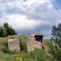 Fragmenty betonowych schronów wysadzonych po wojnie.