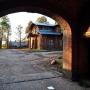 Widok z bramy pałacowej na zabytkowy budynek stajni z okresu carskiego.