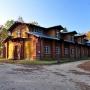 Zachowana w dobrym stanie stajnia carska, pełniła jeszcze do niedawna funkcję Domu Turysty PTTK. Obecnie obiekt jest nieczynny.