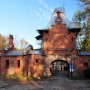 Jedyną pozostałością po pałacu jest jego brama, w której mieściła się wówczas wartownia i zbrojownia.