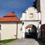 Domek furtiana i brama wjazdowa do zespołu klasztornego.