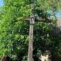Drewniany przydrożny krzyż