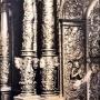 Bogato zdobione kolumny przed carskimi wrotami. Widać tu dokładnie kunszt gdańskiego snycerza i złotnika Andrzeja Modzelewskiego- twórcy ikonostasu. Zdjęcie z reprodukcji zrobione dzięki uprzejmości Duszpasterzy z Monasteru.