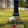 Grób o. Ambrożego Leśniewskiego OP (1803-1856), wikariusza kościoła kryńskiego od 1837 roku, następnie proboszcza w latach 1838-1856. Zmarł niosąc pomoc w czasie epidemii tyfusu.