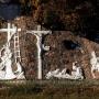Cztery, kluczowe sceny z drogi krzyżowej, umieszczone na kamiennym murze przy kościele.