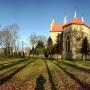 Dzwonnica i kościół w świetle listopadowego poranka.