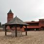 Duży dziedziniec i obowiązkowo studnia na jego środku. Tak wygląda zamek 24.07.2011r.